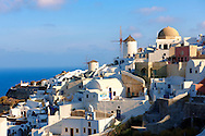 Oia ( Ia ) Santorini - Windmills and view of town , Greek Cyclades islands - Photos, pictures and images .<br /> <br /> If you prefer to buy from our ALAMY PHOTO LIBRARY  Collection visit : https://www.alamy.com/portfolio/paul-williams-funkystock/santorini-greece.html<br /> <br /> Visit our PHOTO COLLECTIONS OF GREECE for more photos to download or buy as wall art prints https://funkystock.photoshelter.com/gallery-collection/Pictures-Images-of-Greece-Photos-of-Greek-Historic-Landmark-Sites/C0000w6e8OkknEb8