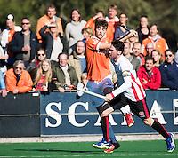 BLOEMENDAAL - HOCKEY -  Jord Beekmans (Bl'daal)  met  Robert van de Horst (Oranje-Rood)  tijdens de competitie hoofdklasse hockeywedstrijd Bloemendaal -ORANJE-ROOD (4-1)  COPYRIGHT KOEN SUYK