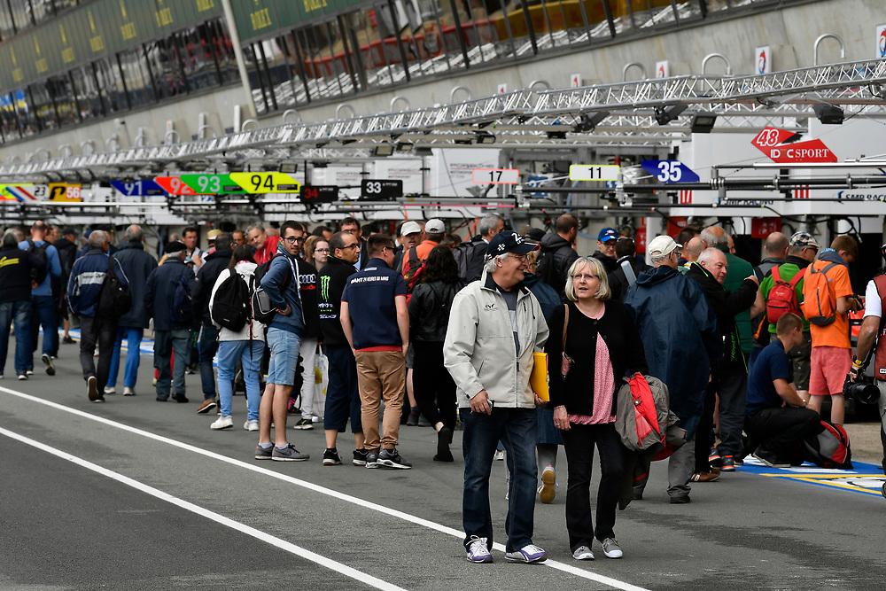 Fans during autograph session, atmosphere<br /> Tuesday 12 June 2018<br /> 24 Hours of Le Mans<br /> Verizon IndyCar Series<br /> Circuit de la Sarthe  FR<br /> World Copyright: Scott R LePage<br /> LAT Images