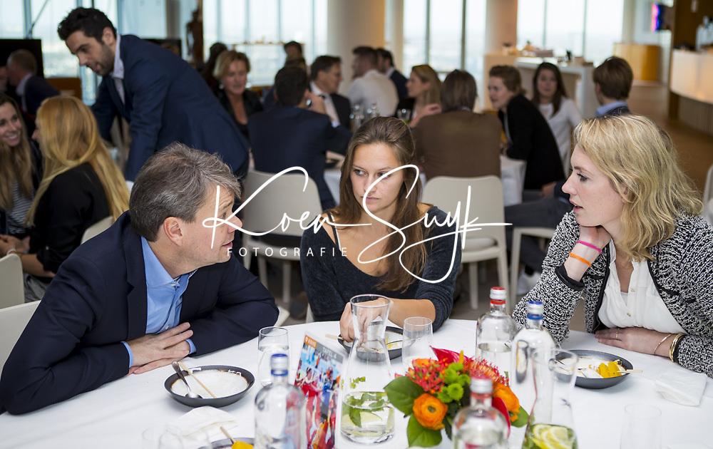 UTRECHT - KNHB Spelerslunch   bij de Rabobank.   Nederlands team dames en heren met sponsoren.  KNHB directeur Eric Gerritsen met Kelly Jonker en Willemijn Bos.   COPYRIGHT KOEN SUYK