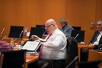DEU, Deutschland, Germany, Berlin, 16.12.2020: Bundeswirtschaftsminister Peter Altmaier (CDU) vor Beginn der 124. Kabinettsitzung im Bundeskanzleramt. Aufgrund der Coronakrise findet die Sitzung derzeit im Internationalen Konferenzsaal statt, damit genügend Abstand zwischen den Teilnehmern gewahrt werden kann.