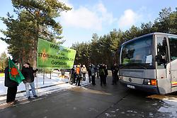 Protest vor der Pressekonferenz von Niedersachens Umweltminister Stefan Birkner (FDP) anlässlich seines Besuchs im Zwischenlager Gorleben. <br /> <br /> Ort: Gorleben<br /> Copyright: Annett Melzer<br /> Quelle: PubliXviewinG