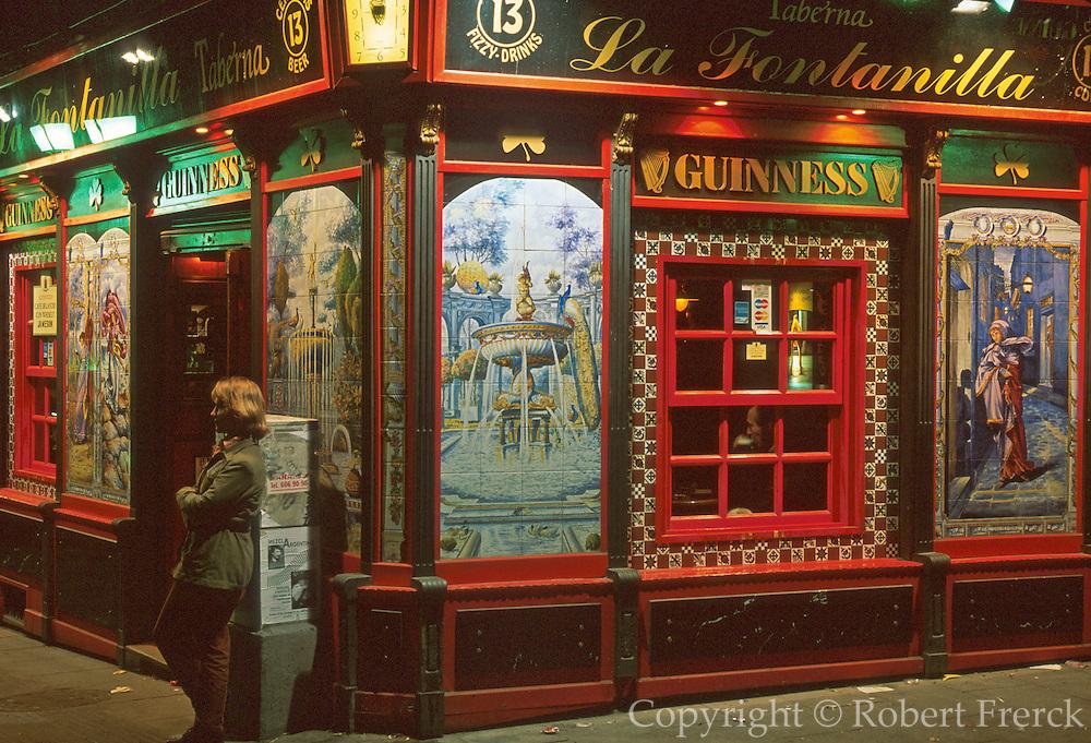 SPAIN, MADRID, LIFESTYLE 'La Fontanilla' bar with tiled walls