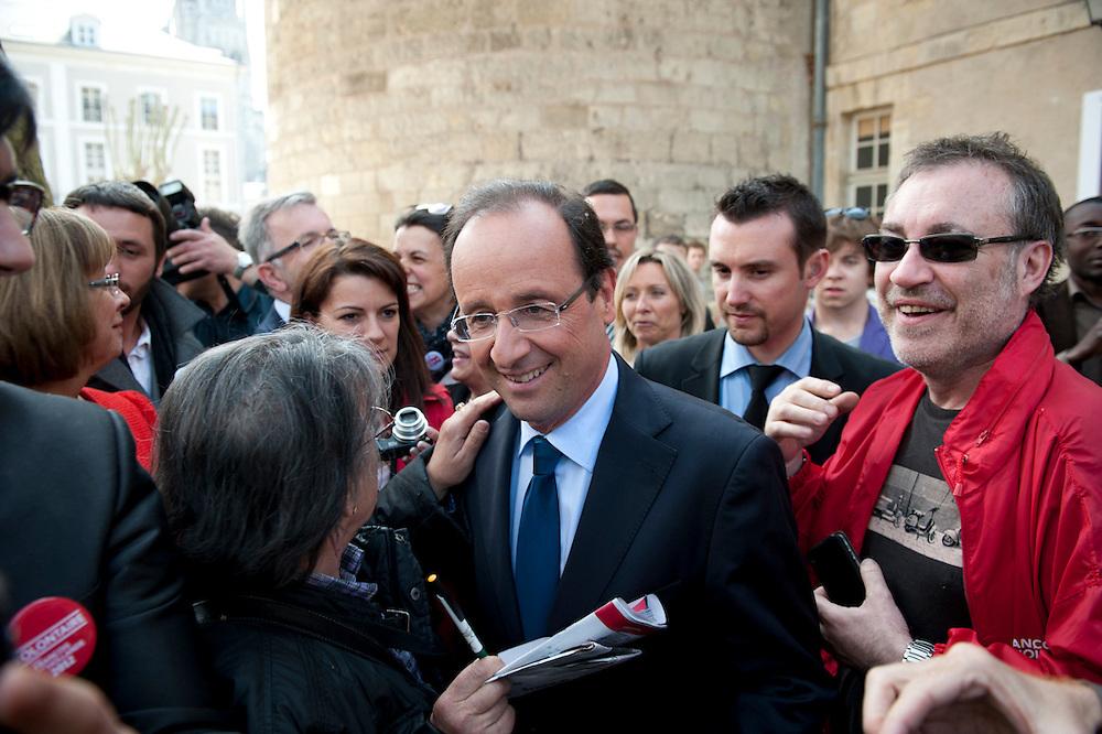 François Hollande, kanidaat van de Partie Socialiste bij de Franse  Presidentsverkiezingen. Meeting in Tours. Begroeting kiezers.