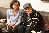 El poeta Francisco Hernández en su casa de la colonia Roma en la Ciudad de México. Su esposa al lado.