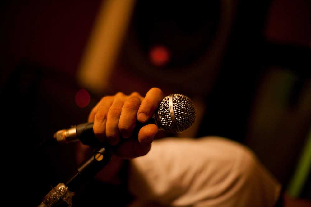 Belo Horizonte_MG, Brasil...Ensaio da banda Coracoes Dilacerados no Estudio Geleia. Na foto cantor segurando um microfone...The rehearsal of the Coracoes Dilacerados band in Geleia studio. In this photo a singer holding a microphone...Foto: LEO DRUMOND / NITRO.