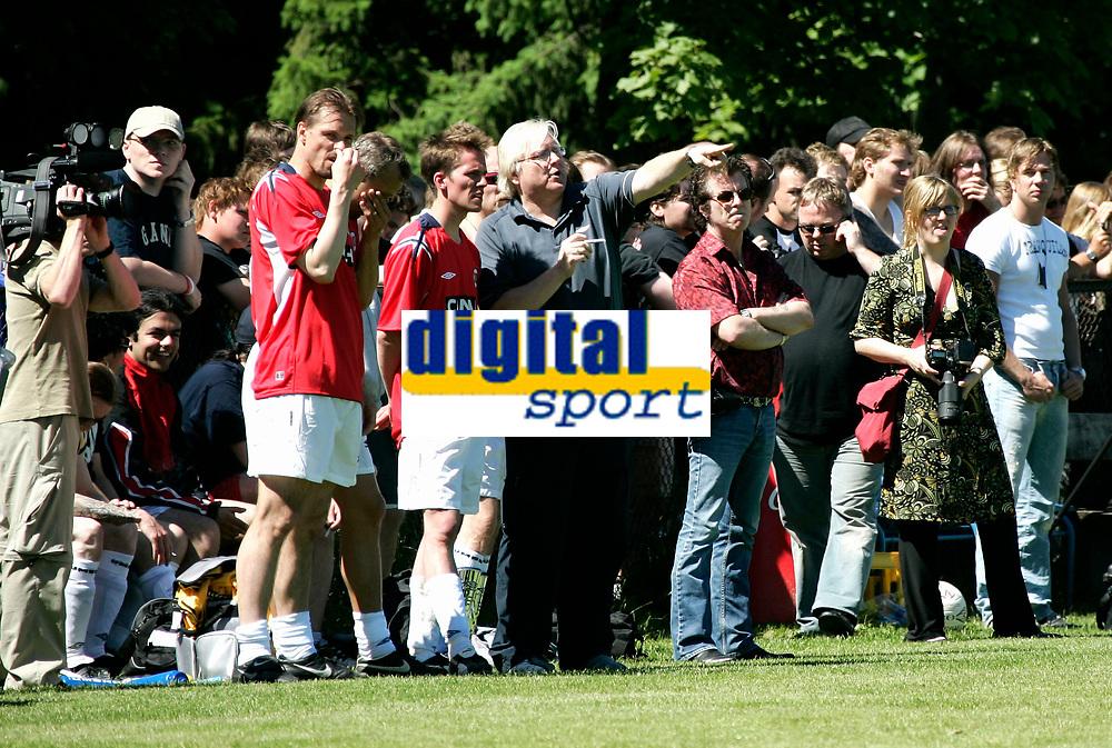 "FOTBALL Vallhall Oslo 29. juni 2005 NORGE - IRON MAIDEN<br /> Totalt kaos på ""innbytterbenken""<br /> FOTO KURT PEDERSEN"