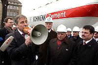 26 MAR 2004, BERLIN/GERMANY:<br /> Wolfgang Clement, SPD, Bundeswirtschaftsminister, spricht mit einem Megaphon zu Arbeitern aus der Zementindustrie, die im eine Resolution ueber die negativen Auswirkungen des Emissionshandels auf Wettbewerbsfaehigkeit und Arbeitsplatz übergeben haben, vor dem Bundesministerium fuer Wirtschaft und Arbeit<br /> IMAGE: 20040326-01-026<br /> KEYWORDS: Demo, Demostration, Megafon