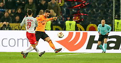 15.03.2018, Red Bull Arena, Salzburg, AUT, UEFA EL, FC Salzburg vs Borussia Dortmund, Achtelfinale, Rueckspiel, im Bild Roman Bürki (Borussia Dortmund) rettet vor Hee Chan Hwang (FC Salzburg) // during the UEFA Europa League Round of 16, 2nd Leg Match between FC Salzburg and Borussia Dortmund at the Red Bull Arena in Salzburg, Austria on 2018/03/15. EXPA Pictures © 2018, PhotoCredit: EXPA/ Roland Hackl