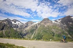 THEMENBILD - Großglockner Hochalpenstraße, Mountainbiker mit Blick zu den Gipfeln Sonnenwelleck, Fuscherkarkopf, Breitkopf, Hohe Dock, Vorderer Bratschenkopf, von links. Sie verbindet die beiden Bundesländer Salzburg und Kärnten mit einer Länge von 48 Kilometern und ist als Erlebnisstraße von großer touristischer Bedeutung, aufgenommen am 1. August 2015, Heiligenblut, Österreich // mountainbiker at the Großglockner High Alpine Road, which connects the two provinces of Salzburg and Carinthia with a length of 48 km and is as an adventure road priority of tourist interest at Heiligenblut, Austria on 2015/08/01. EXPA Pictures © 2015, PhotoCredit: EXPA/ Martin Huber