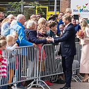 NLD/Hoogeveen/20190918 - Koningspaar brengt bezoek Zuid-west Drenthe, Koningspaar schudt de handen
