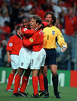 Paul Ince, Phil Neville and David Seaman celebrate victory. England v Germany, Euro 2000 Group A, Charleroi, 17/06/2000. Credit: Colorsport / Matthew Impey