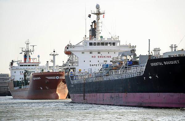 Nederland, Rotterdam, 15-9-2012Een bulkcarrier ligt aangemeerd bij de losplaats van een terrein met opslagtanks voor olie.Rotterdam is in Europa de grootste importhaven en een van de grootste ter wereld voor overslag en raffinage van ruwe olie.  De aangevoerde olie wordt voor ongeveer de helft gebruikt door raffinaderijen van Shell, BP, Esso, Exxon Mobil, Kuwait Petroleum, en Koch. De rest wordt per pijpleiding naar Vlissingen, Belgie en Duitsland overgeslagen.Foto: Flip Franssen/Hollandse Hoogte