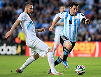Fotball<br /> Argentina v Slovenia<br /> Foto: imago/Digitalsport<br /> NORWAY ONLY<br /> <br /> LA PLATA, June 8, 2014 (Xinhua) -- Argentina s Lionel Messi (R) vies for the ball with Branko Ilic of Slovenia during the friendly match prior to the FIFA World Cup at Ciudad de La Plata Stadium, in La Plata, Argentina, on June 7, 2014