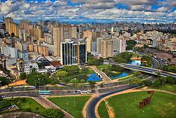 Localizado no centro de Porto Alegre, a Ponte de Pedra é um monumento histórico da cidade de Porto Alegre. Está situada no local denominado Largo dos Açorianos. Já o Monumento aos Açorianos (D) é um monumento da cidade de Porto Alegre, em homenagem à chegada, em 1752, dos primeiros sessenta casais açorianos que povoaram a cidade. A obra possui 17m de altura por 24m de comprimento. FOTO: Jefferson Bernardes/Preview.com