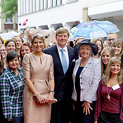 Koning en koningin bezoeken Noordrijn-Westfalen. <br /> Koning Willem Alexander en Koningin Maxima brengen een bezoek aan het Zentrum Niederlande-Studien<br /> <br /> King and Queen visit North Rhine-Westphalia.<br /> King Willem Alexander and Queen Maxima  visit the Zentrum Niederlande-Studien<br /> <br /> Op de foto / On the photo:  <br /> <br />  Koningin Maxima, koning Willem-Alexander en minister-president van Noordrijn-Westfalen Hannelore Kraft tijdens het afscheid van studenten van het Zentrum Niederlande-Studien<br /> <br /> Queen Maxima, King Willem-Alexander and Minister-President of North Rhine-Westphalia Hannelore Kraft during the farewell of students from the Zentrum Niederlande-Studien