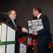 Nieuwjaarsreceptie gemeente Huizen 2000, overhandiging boek Huizen bevalt aan burgemeester Verdier
