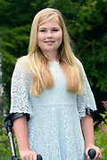 Koninklijke fotosessie 2016 op landgoed De Horsten ( het huis van de koninklijke familie)  in Wassenaar.<br /> <br /> Royal photoshoot 2016 at De Horsten estate (the home of the royal family) in Wassenaar.<br /> <br /> Op de foto / On the photo: prinses Amalia ( Zij verstuikte haar enkel en loopt op krukken )<br /> <br /> Princess Amalia (She sprained her ankle and walking on crutches)