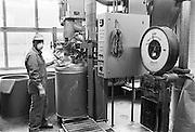 Nederland, Elst, 15-10-1985..Werknemer van fabriek voor bestrijdingsmiddelen Luxan vult een ton met een product. De fabriek was omstreden vanwege de gevaarlijke stoffen waarmee gewerkt wordt...Foto: Flip Franssen/Hollandse Hoogte