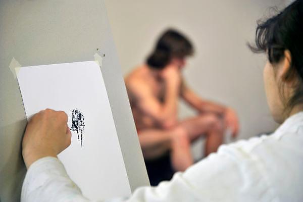 Nederland, Nijmegen, 29-4-2012in een cultureel centrum wordt een cursus modeltekenen gegeven. Een manlijk model zit naakt, wel in onderbroek.. voor de cursisten.Foto: Flip Franssen/Hollandse Hoogte