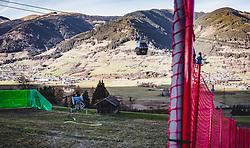 THEMENBILD - eine Schneekanone auf einer grünen Skipiste im Herbst. Sicherheitszäune und Sicherungsmatten sind für die Skisaison errichtet, aufgenommen am 15. November 2018 in Kaprun, Österreich // a snowblower on a green ski slope in autumn. Safety fences and safety mats are built for the ski season, Kaprun, Austria on 2018/11/15. EXPA Pictures © 2018, PhotoCredit: EXPA/ Stefanie Oberhauser
