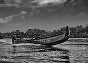 Maroni, 2015.<br /> <br /> Transport fluvial.<br /> Lieu de vie et de passage, le Maroni reste la principale voie d'accès pour les communes isolées de l'Ouest guyanais. Une liaison aérienne régulière a été ouverte pour desservir les communes de Grand-Santi et Maripasoula en moins de deux heures de vol, elle ne concerne que le transport des personnes en situation régulière. Le fret et les personnes sans papier passent par le fleuve. Il faut compter 2 jours au départ de Saint-Laurent pour rejoindre Grand-Santi, trois pour Maripasoula. Les transporteurs réguliers guyanais ne prennent théoriquement plus les passagers, chaque matin les piroguiers surinamais d'Albina organisent des départs pour remonter le fleuve et alimenter les chantiers aurifères clandestins ou les communes isolées.
