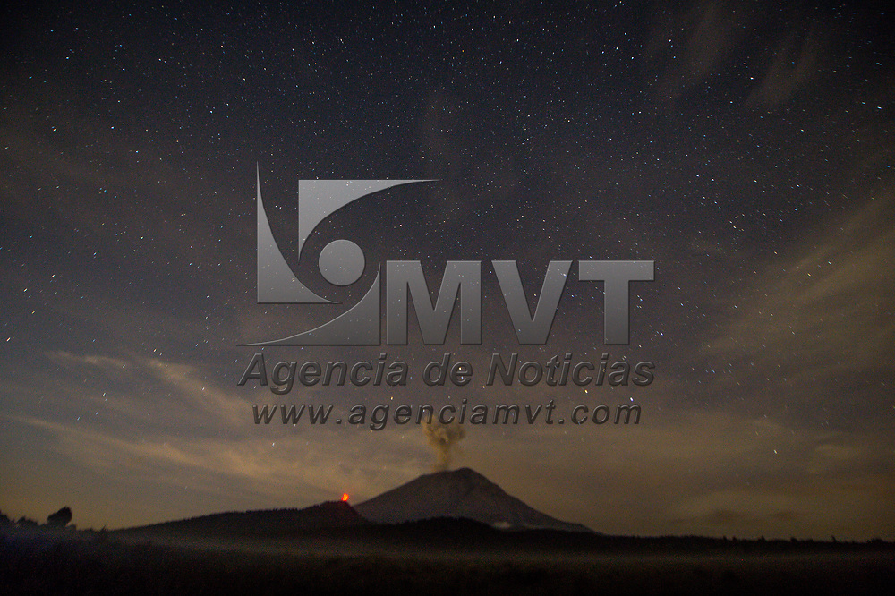 Amecameca, México.- Aspectos nocturnos y al amanecer del volcán Popocatépetl. Agencia MVT / Mario Vázquez de la Torre.