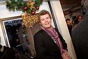 Premier Jan Peter Balkenende doet de deur dicht van het glazen huis op de Neude in Utrecht. Daarmee sluit hij de dj's Giel Beelen, Gerard Ekdom en Sander Lantinga voor zes dagen op. <br /> <br /> In het kader van de actie Serious Request van radiostation 3FM eten zij tot kerstavond niet, en maken de dj's 24 uur per dag live radio. Hiermee willen zij zo veel mogelijk geld inzamelen voor de slachtoffers van landmijnen. Luisteraars kunnen tegen betaling verzoeknummers aanvragen. <br /> <br /> Op de foto: Sander Lantinga komt net op tijd binnen