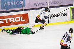 08.01.2017, Hala Tivoli, Ljubljana, SLO, EBEL, HDD Olimpija Ljubljana vs Dornbirner Eishockey Club, Qualifikationsrunde, im Bild Kristjan Cepon of HDD Olimpija and Olivier Magnan of Dornbirn // during the Erste Bank Icehockey League Qualification round match between HDD Olimpija Ljubljana and Dornbirner Eishockey Club at the Hala Tivoli in Ljubljana, Slovenia on 2017/01/08. EXPA Pictures © 2017, PhotoCredit: EXPA/ Sportida/ Grega Valancic<br /> <br /> *****ATTENTION - OUT of SLO, FRA*****