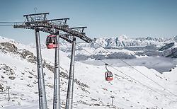 THEMENBILD - Gondeln des Gletscherjet 2 und die verschneiten Berge und Skipisten bei Sonnenschein, aufgenommen am 10. November 2019, Kaprun, Österreich // Gondolas of the Gletscherjet 2 and the snow-covered mountains and ski slopes in sunshine on 2019/11/10, Kaprun, Austria. EXPA Pictures © 2019, PhotoCredit: EXPA/ Stefanie Oberhauser