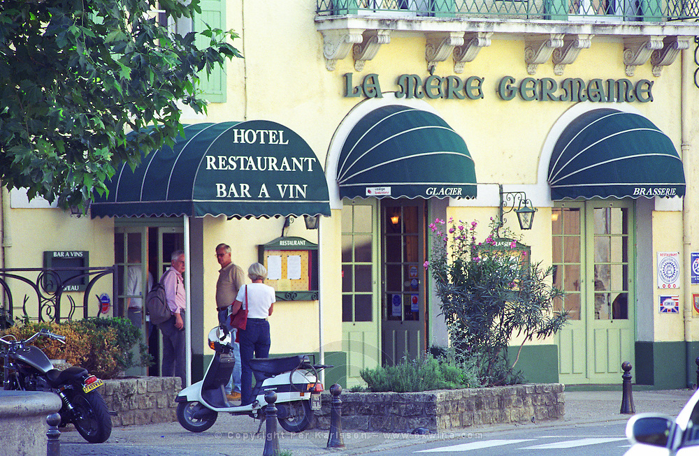 The restaurant La Mere Germaine in the centre of the village Chateauneuf-du-Pape with tourists entering the restaurant.  Chateauneuf-du-Pape Châteauneuf, Vaucluse, Provence, France, Europe  Chateauneuf-du-Pape Châteauneuf, Vaucluse, Provence, France, Europe