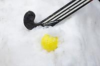 BLOEMENDAAL - Illustratie. Hockeystick en bal in de sneeuw. COPYRIGHT KOEN SUYK