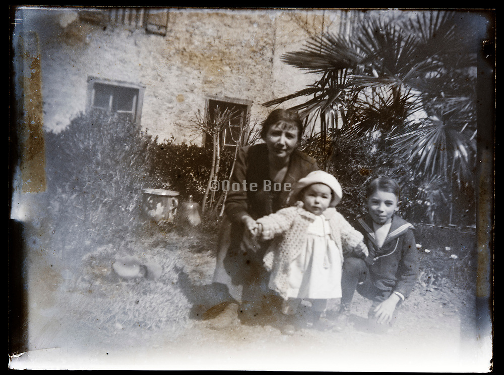 mother with children France 1921