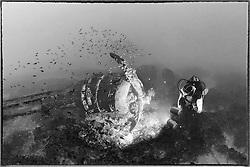 Schiffswrack Bristol Bomber vom 2. Weltkrieg und Taucher, Schwarzweiss Aufnahme, Shipwreck Bristol Bomber from 2nd worldwar and Scuba diver, black and white, Malta