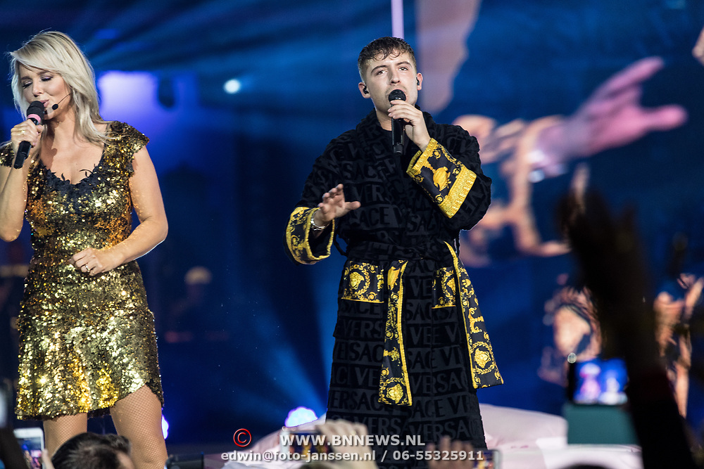 NLD/Amsterdam/20191115 - Chantals Pyjama Party in Ziggo Dome, Lil' Kleine in duet met Chantal Janzen