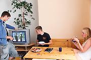 De fietsers Rik Houwers (midden) en Christien Veelenturf (rechts) zitten aan de lunch voor een training. Het Human Power Team Delft en Amsterdam (HPT), dat bestaat uit studenten van de TU Delft en de VU Amsterdam, is in Senftenberg voor een poging het uurrecord te verbreken op de Dekrabaan met de VeloX4. In september wil het HPT daarna een poging doen het wereldrecord snelfietsen te verbreken, dat nu op 133 km/h staat tijdens de World Human Powered Speed Challenge.<br /> <br /> The Human Power Team Delft and Amsterdam, consisting of students of the TU Delft and the VU Amsterdam, is in Senftenberg (Germany) for the attempt to set a new hour record on a bicycle with the special recumbent bike VeloX4. They also wants to set a new world record cycling in September at the World Human Powered Speed Challenge. The current speed record is 133 km/h.