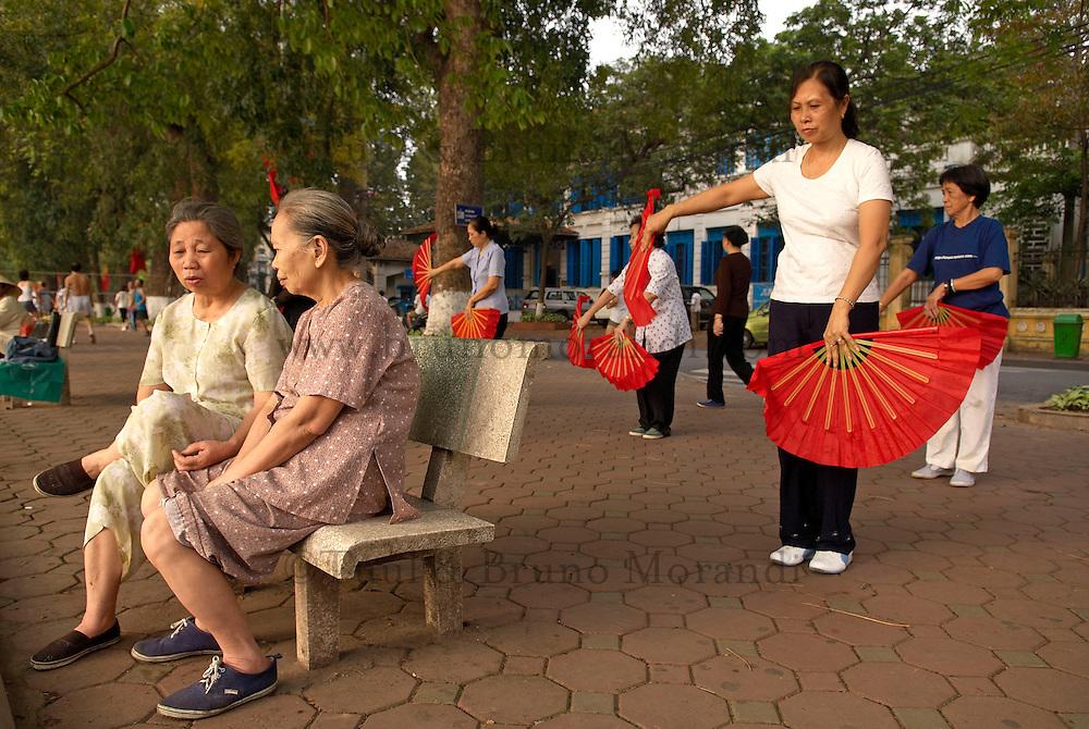 Vietnam. Hanoi. Excercices matinaux au parc du lac Hoan Kiem ou de l'épé restituée. // Vietnam. Hanoi. Morning exercices at the Hoan Kiem lake.
