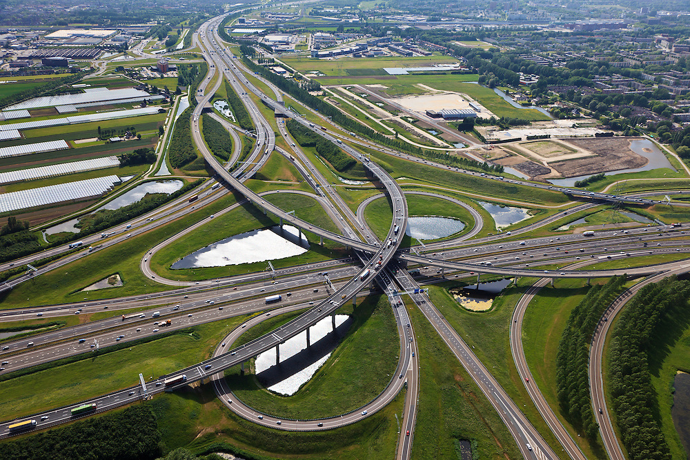 Nederland, Zuid-Holland, Ridderkerk, 23-05-2011; Knooppunt Ridderkerk, verkeersknooppunt A15 / A16, bijgenaamd 'Ridderster'. Gezien naar het westen, richting Barendrecht. Klaverblad met opritten, afritten en fly-overs. De waterpartijen zijn kunstmatige aangelegd en kunnen dienen als bluswater ingeval calamiteiten..Ridderkerk junction, junction A15 / A16, nicknamed 'Ridder star'.  Cloverleaf type junction, with ramps, exit ramps and flyovers. The ponds are man-made and the water can be used for  firefighting in case of emergencies..luchtfoto (toeslag), aerial photo (additional fee required).copyright foto/photo Siebe Swart