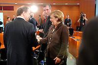 09 OCT 2006, BERLIN/GERMANY:<br /> Prof. Dr. Utz Claassen (L), Vorstandsvorsitzender EnBW Energie Baden-Wuerttemberg, Harry Roels (M), Vorstandsvorsitzender RWE AG, und Angela Merkel (R), CDU, Bundeskanzlerin, begruessen sich vor Beginn des Energiepolitischen Spietzengespraechs, Internationaler Konferenzsaal<br /> IMAGE: 20061009-03-009<br /> KEYWORDS: Energiegipfel, Handshake, Spitzengespräch,