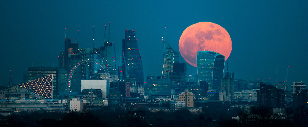 © Licensed to London News Pictures. 30/01/2018. London, UK. A  full blue supermoon rises behind 20 Fenchurch Street, known as the Walkie-Talkie bulding, as it rises over central London. Two full moons in the same calendar month is also know as a blue moon. Photo credit: Peter Macdiarmid/LNP