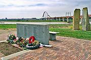 Nederland, Nijmegen, Oosterhout, 31-1-2019 Monument ter herinnering van de oversteek door Amerikaanse militairen van de Waal bij Nijmegen en een eerbetoon aan de 48 militairen die hierbij sneuvelden in W.O. II, waarbij de Waalbrug werd veroverd als onderdeel van operatie Market Garden. 2e wereldoorlog. Dit is ook de plek waar de brug de Oversteek, genoemd naar deze helhaftige actie, tweede stadsbrug, brug, uitkomt, gebouwd door de aannemers BAM Civiel B.V. en Max Bogl Nederland B.V. Die verbindt Lent en Oosterhout met de stad. Foto: Flip Franssen