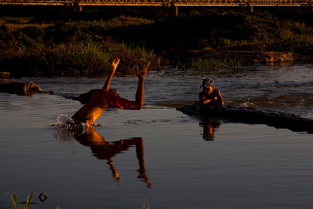 Pirapora_MG, Brasil...Criancas brincando no Rio Sao Francisco em Pirapora...The children playing in the Sao Francisco River in Pirapora...Foto: LEO DRUMOND / NITRO