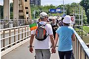 Nederland, Nijmegen, 21-07-2020  Ondanks dat de officiele Vierdaagse in Nijmegen is afgelast is er door de Wandelbond een Alternatieve Vierdaagse georganiseerd. Over de Waalbrug lopen traditiegetrouw toch fanatieke vierdaagse wandelaars die de route van de eerste dag, de dag van Elst en de Betuwe, nalopen . Wandelaars kunnen met behulp van een app hun eigen afstand en route lopen in de omgeving zie zij zelf uitkiezen. Foto: ANP/ Hollandse Hoogte/ Flip Franssen