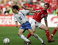 Fotball, 3. september 2005, Sveits - Israel, <br /> Yossi Shai Benayoun (Israel, li.) gegen Johann Vogel (Schweiz);