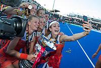 LONDEN - selfie, Eva de Goede (Ned), Caia Van Maasakker (Ned) , Xan de Waard (Ned) , Ireen van den Assem (Ned) , Laura Nunnink , Malou Pheninckx (Ned)     na het winnen van  de finale Nederland-Ierland (6-0) bij  wereldkampioenschap hockey voor vrouwen.  . COPYRIGHT  KOEN SUYK