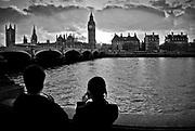 Londyn, 2009-03-05. Widok na parlament i most westminsterski z drugiego brzegu Tamizy