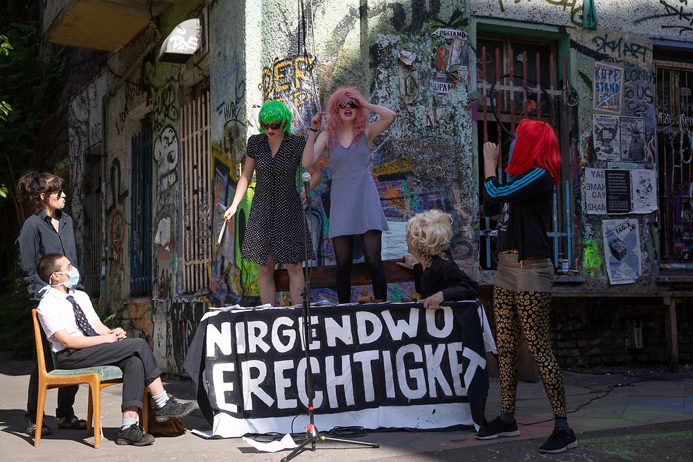Mit einer Theaterperformance protestieren BewohnerInnen des anarcha-queerfeministischen Hausprojekt Liebig34 vor dem Haus gegen das zeitgleich vor Gericht verkündete Urteil, nachdem die BewohnerInnen das Haus räumen müssen. Über hundert Unterstützer haben sich auf der Kreuzung Liebgstrasse/Rigaerstrasse eingefunden. <br /> <br /> [© Christian Mang - Veroeffentlichung nur gg. Honorar (zzgl. MwSt.), Urhebervermerk und Beleg. Nur für redaktionelle Nutzung - Publication only with licence fee payment, copyright notice and voucher copy. For editorial use only - No model release. No property release. Kontakt: mail@christianmang.com.]