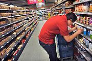 Nederland, Millingen aan de Rijn, 3-5-2012Supermarkt.Deze C1000 zal in de toekomst verder gaan als Albert Heijn. Vakkenvuller vult vakken. Bijbaan, bijbaantje,vakkenvullers.Foto: Flip Franssen/Hollandse Hoogte