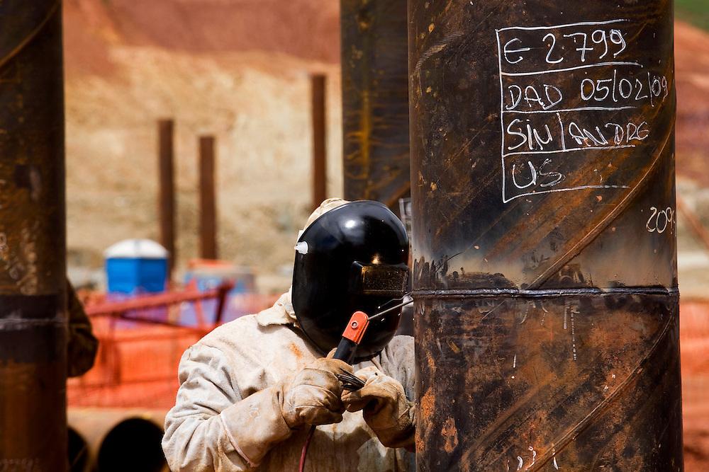 Jeceaba_MG, Brasil...Operario soldando um ferro em um canteiro de obras...Worker welding a steel in a construction...Foto: BRUNO MAGALHAES /  NITRO