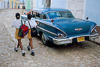 Cuba, Trinidad de Cuba, Patrimoine mondial de l'UNESCO, Ecolieres et voiture americaine // Cuba, Trinidad de Cuba, School girls and american car